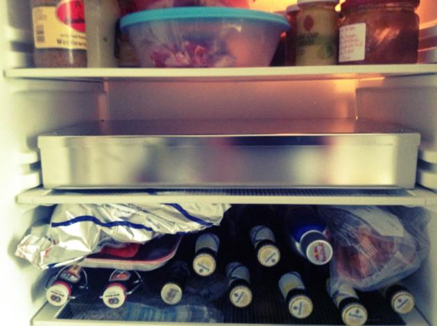Lachs mit Beize in den Kühlschrank stellen.