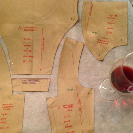 Tutorial Dirndl nähen - Vlieseinlage zuschneiden, dazu ein Glas Rotwein ;-)
