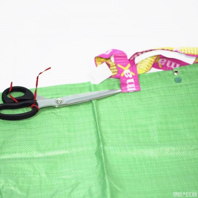 Henkel von grüner Mömax-Tasche abschneiden