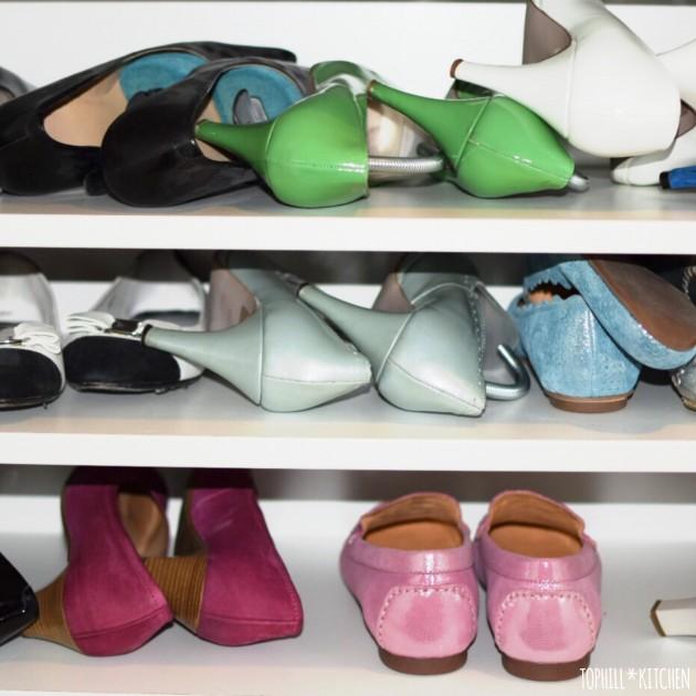 Schuhregal mit Mädchenschuhen, Ballerina und Pumps in allen Farben